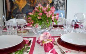 Las flores son un básico para una mesa con estilo
