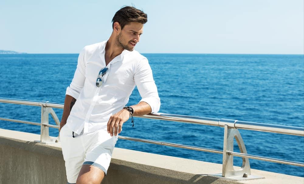 Una mujer se siente atraída por un hombre elegante hasta para estar en un velero. Dora D'Agostino