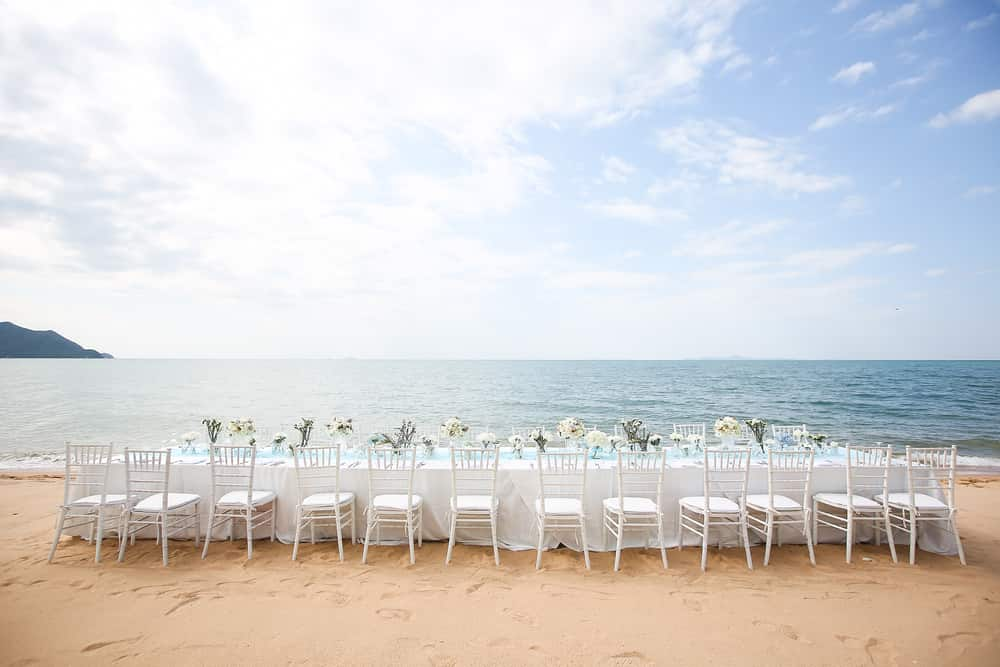 Un ejemplo perfecto de mesas decoradas para bodas frente al mar.