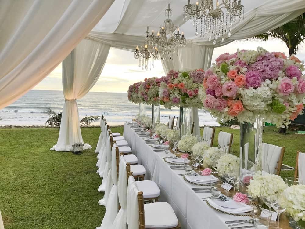 Frente al mar se colocaron las mesas decoradas para bodas llenas de color y encanto