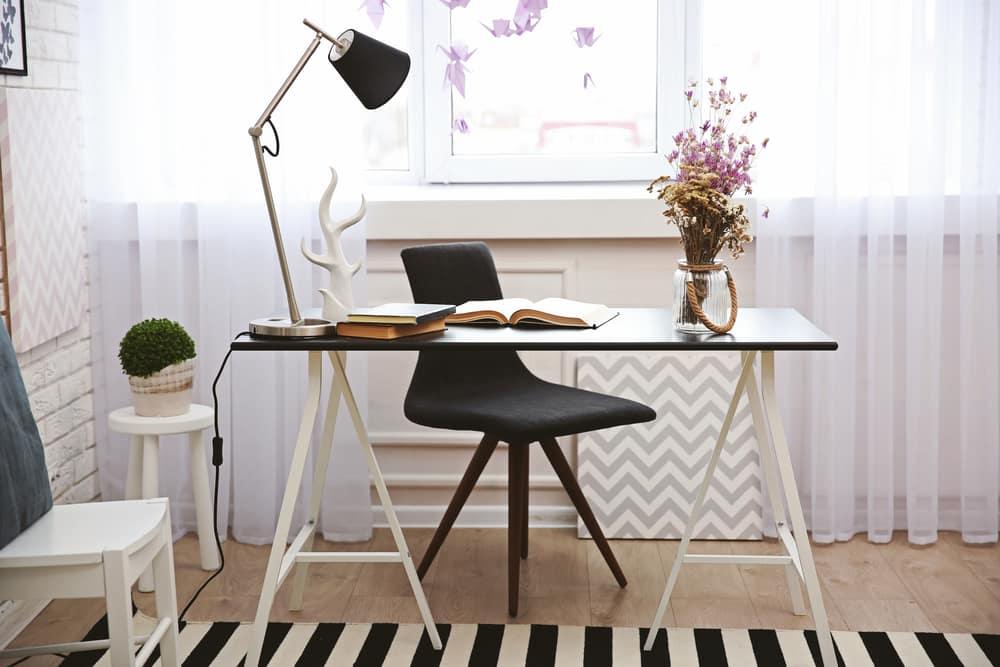 VCuando usas un escritorio en color neutro se adapta fácilmemente a la decoración del lugar