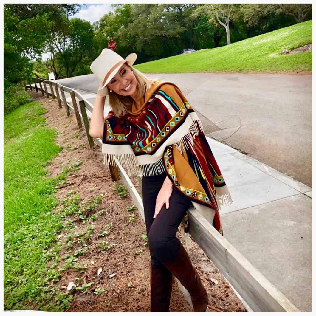 El estilo también está relacionado con la educación. Dora D'Agostino lleva una capa de la firma italiana Pucci