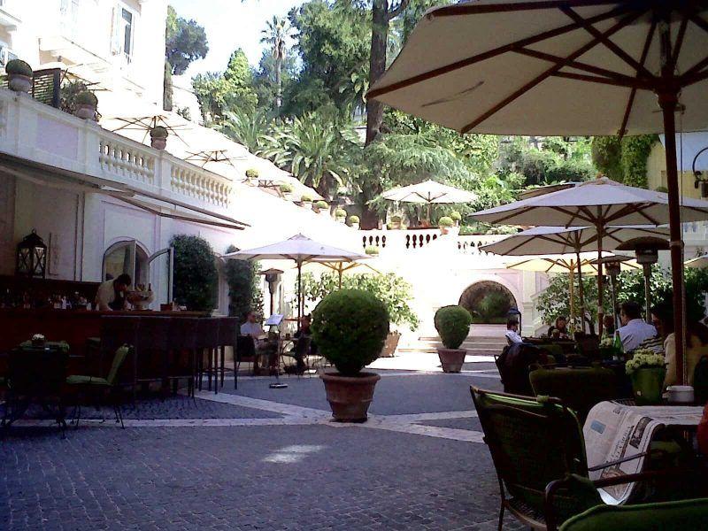 Imagina tomando una taza de café en esta terraza llena de verdor e historia