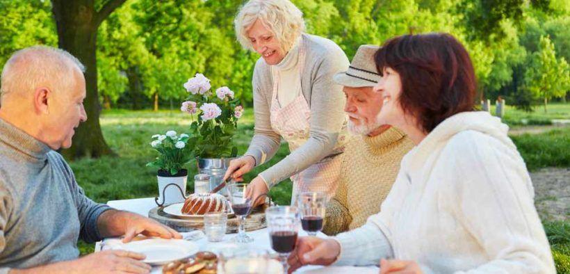 Compartir las comidas con una copa de vino es parte de los hábitos de los habitantes de las zonas azules