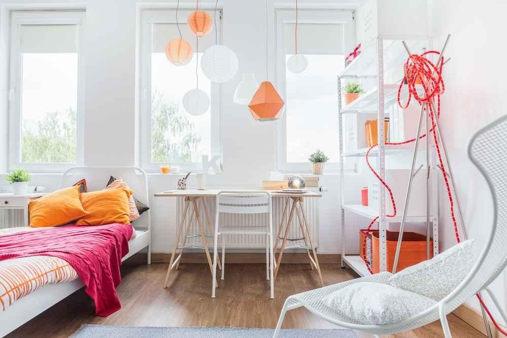 Un SI en la decoración es usar colores vivos como el naranja y fucsia en la habitación de los niños.