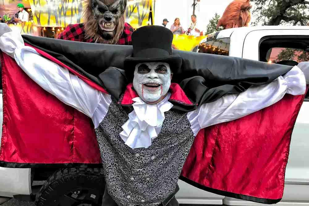 En Halloween no dejes de ir a ver el parade de Otoño. Niños y adultos se disfrazan y lo disfrutan a plenitud