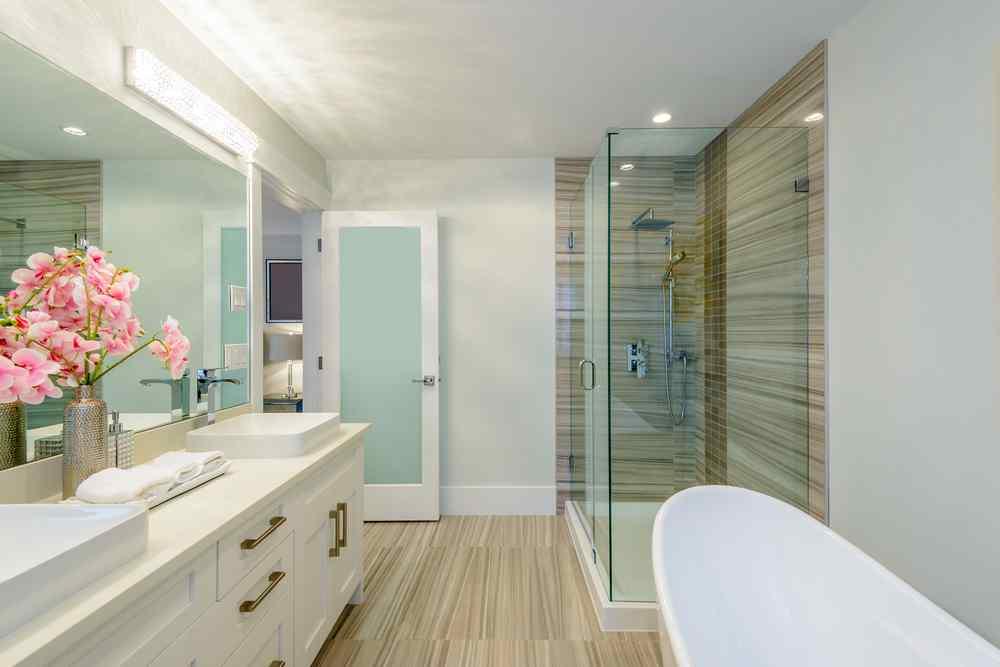 Escoge luz blanca para iluminar el baño. A diferencia de la luz amarilla esta no crea sombras al momento de maquillarte.