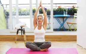 El yoga es una de las prácticas que debes seguir en tus hábitos de belleza y salud. Una mujer exitosa necesita sentir balance emocional para continuar triunfando.