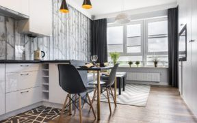 Una de las ideas en apartamentos pequeños es tener entrada de luz natural porque eso dá sensación de amplitud e ilumina mejor el espacio