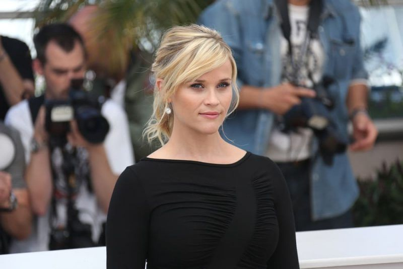 Reesse Witherspoon luce un peinado con flequillo que la ayuda a balancear su rostro tipo diamante.