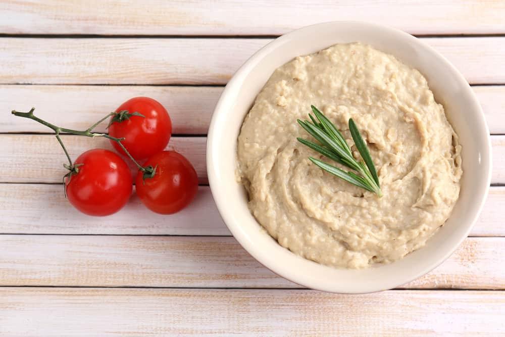 Otra idea de snacks saludables es preparar un hummus de garbanzo y acompañarlo con palitos de zanahoria.