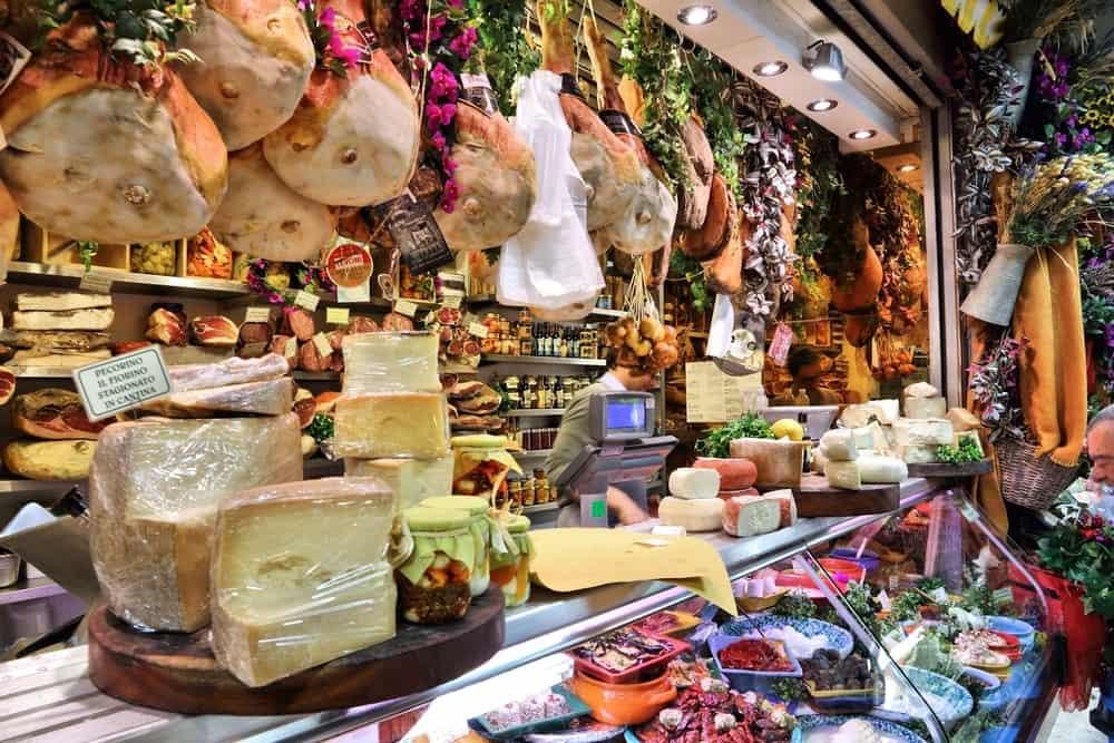 Una experiencia que no puedes perderte es ir al Mercato Centrale en Florencia, Italia. Allí degustarás los quesos y fiambres más exquisitos, para alimentar tu espiritu sibarita.