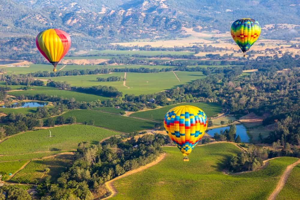 En Napa Valley no solo catarás los mejores vinos californianos, también puedes programar una experiencia aerostátics para inspirarte con la belleza de los viñedos de la zona