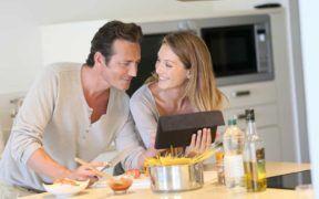 Uno de los consejos para parejas en momentos de pandemia, es aprender a cocinar y crear platos especiales juntos