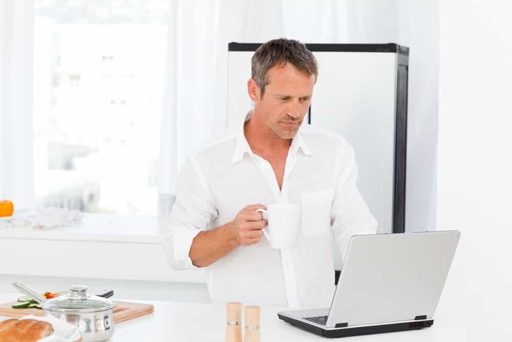 Estar desempleado no es sinónimo de sentirte frustrado ni deprimido. Buca fuentes alternas para traer el sustento al hogar.