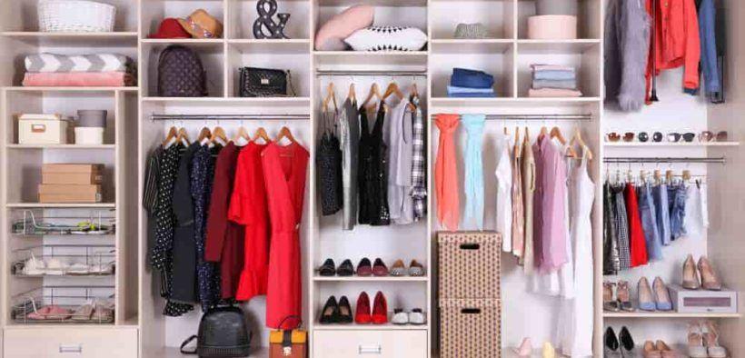 Organiza tu closet como una profesional colgando todo lo que puedas por colores y tipo de ropa.