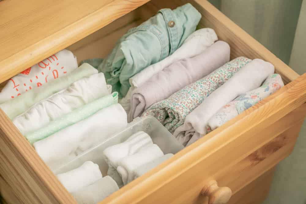La técnica Marie Kondo para organizar el closet es ideal. Selecciona y dobla todo en gavetas.