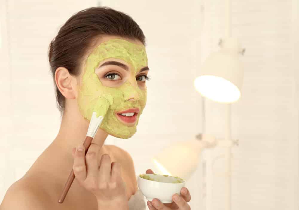 Dos veces por semana puede hacer una mascarilla de aguacate y pepino para exfoliar tu piel.