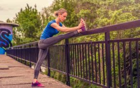 Estirar antes de comenzar una rutina de ejercicios garantiza que no te lastimes.