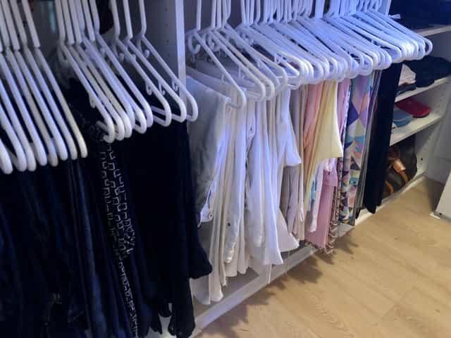 Un closet organizado es tu mejor aliado al momento de vestirte. Los pantalones colgados por colores te ayudan a elegir mejor la ropa.