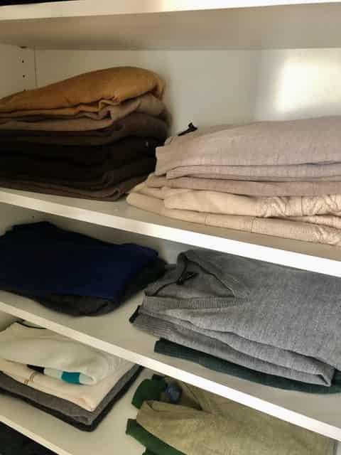 Dobla los sweaters por colores y de acuerdo al tipo de sweater. Los cuello en V de un lado, los de cuello redondo en otro y por colores.