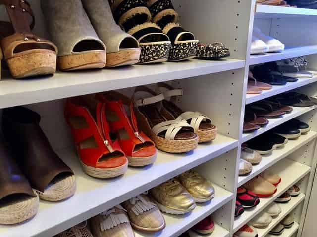 Lo mejor es organizar los zapatos en el closet por colores y clasificados.
