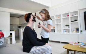 aplicar una mascarilla casera puede ser muy divertido si incluyes a tus hijos en esta actividad