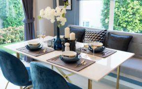 Las velas aromáticas decoran el comedor y dan un aroma especial en el espacio.