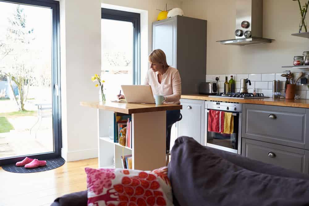 No es necesario contar con grandes espacios para trabajar en la cocina. La creatividad es importante para hacer de tu mesa de trabajo un lugar multi función