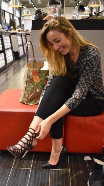 Una mujer con sandalias negras simpre estará bien vestida para el día o la noche