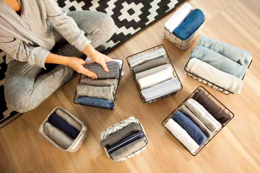 Las cestas son grandes aliadas de la organización de la ropa.
