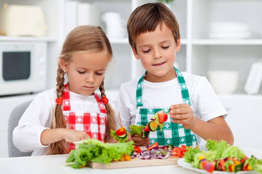 Enseñar a los niños a comer frutas y a hacer meriendas saludables les ayudará a crecer saludables y a controlar su peso.