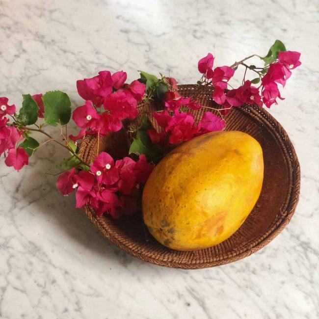 La papaya es rica en vitamina C que contribuye a la estimulación del colágeno y a la tonificación de la piel.