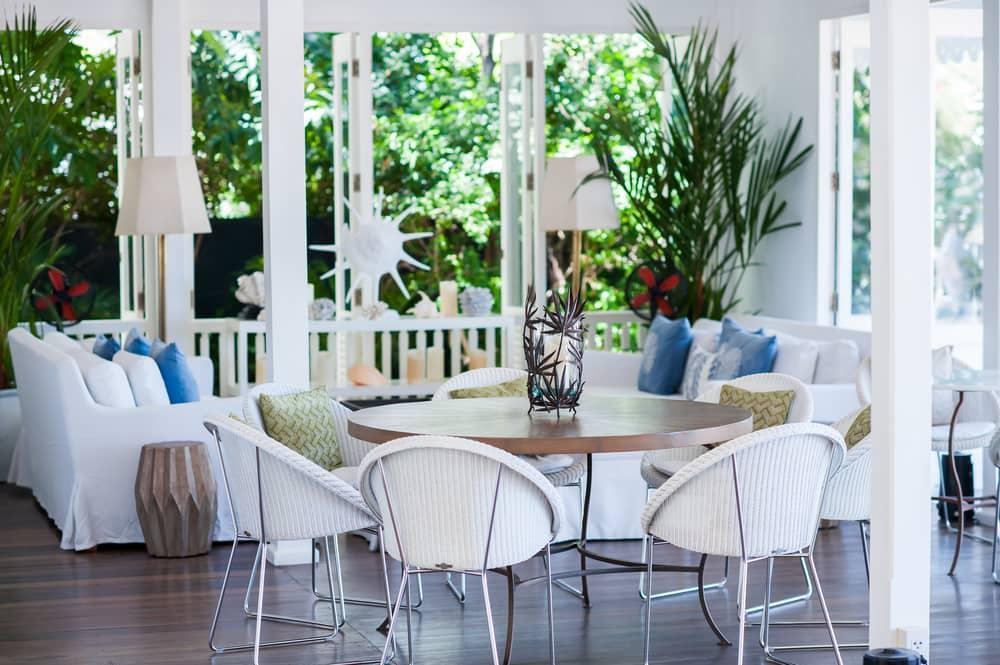 Emplea flores y mueve los cojines de sitio al redecorar la casa. Las flores y las plantas cambian los ambientes.