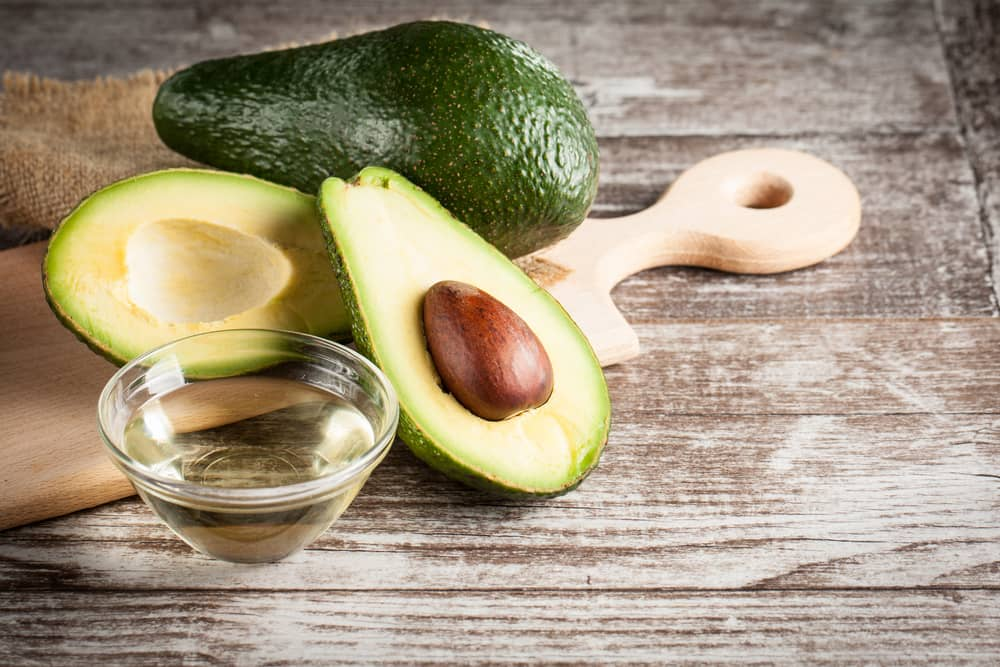 El aguacate es un excelente producto natural para cuidar el cuello y el rostro. Su aceite hidrata profundamente.