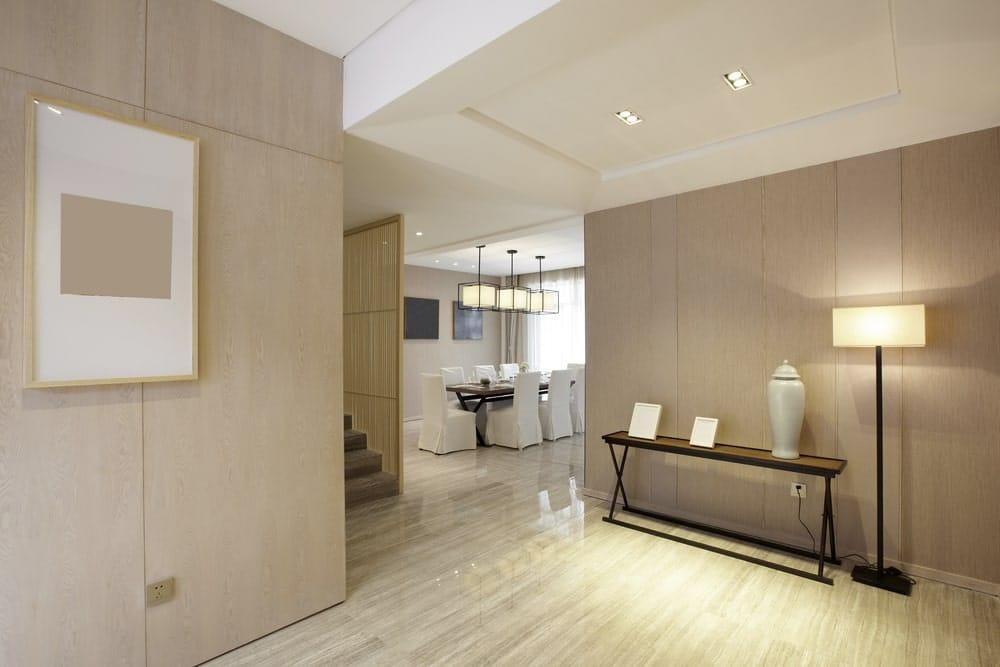 La entrada de la casa según el Feng Shui debe ser limpia y organizada. No uses espejos y coloca una consola o mesa para dejar las llaves y también es importante cuidar la iluminación en el recibidor.