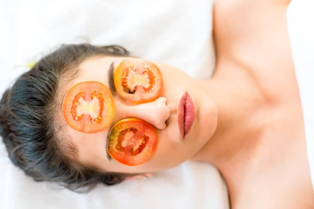 El tomate por ser un fruto astringente, mejora el cutis de las personas con exceso de grasa.