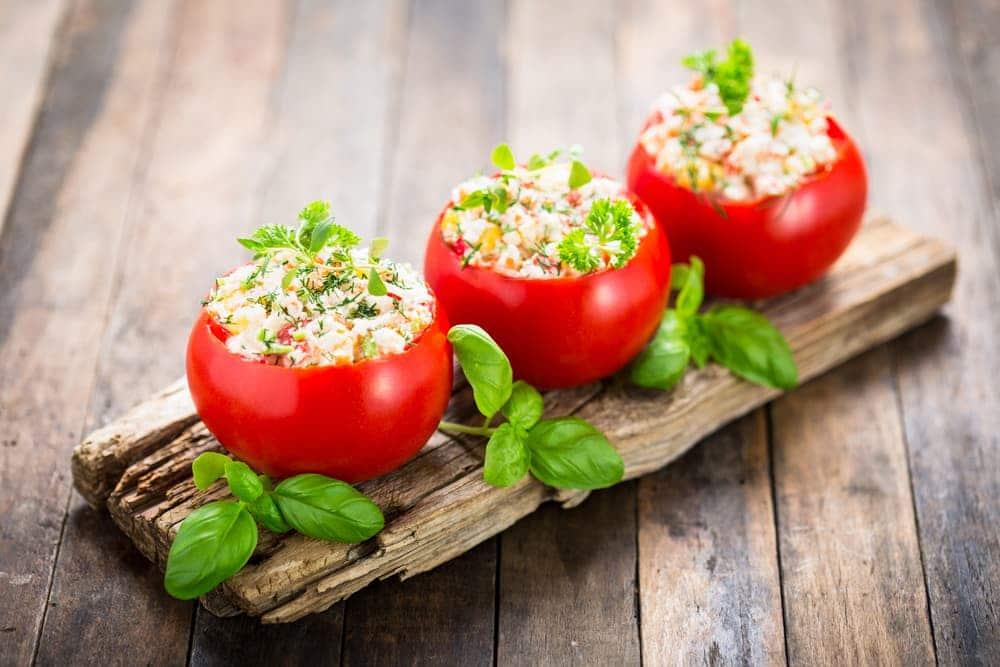 Los snacks saludables que incluyen tomate, cada día son más populares, por los inmensos nutrientes que este fruto aporta