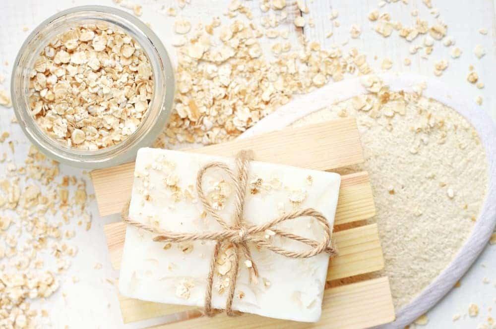 La avena es uno de los ingredientes más usados al hacer jabones naturales por su poder nutritivo.
