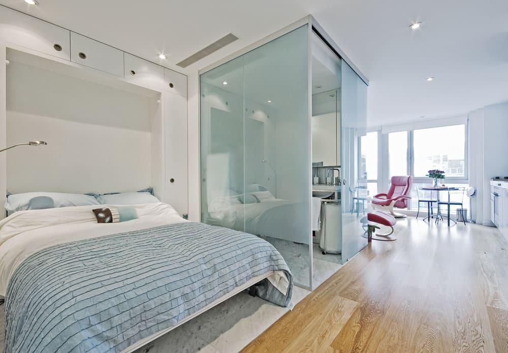 El vidrio es un material ideal para separar el baño, el vestier o la cocina en la decoración de espacios pequeños.
