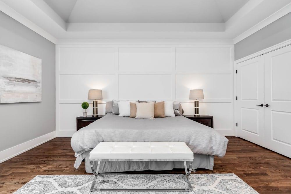 Habitación con tonos neutros para descansar. La cama debe estar contra la pared y no con la cabecera contra una ventana.
