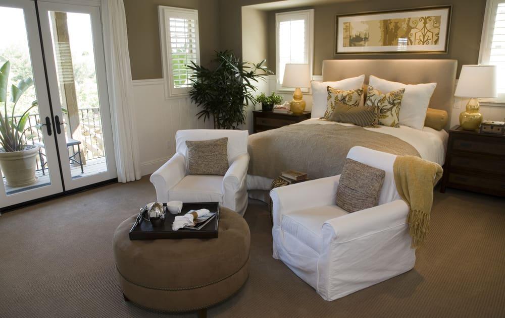 Mover las cosas de lugar te dará una percepción de cambio. Si tienes espacio y las dimensiones de la habitación te lo permite, muévela de lugar, inviértela de sitio, o podrías también colocar un par de poltronas al pie de cama. Ese solo detalle cambia la decoración de la habitación y la enriquece.
